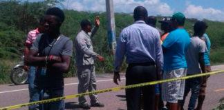 Varias personas observan el lugar donde ocurrió el accidente (Aneudi Tavarez )