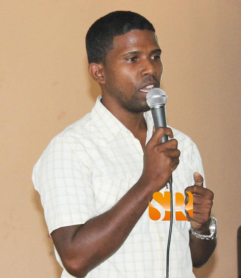 Licenciado Sandy Rodríguez - Egresado de la Universidad Autónoma de Santo Domingo (UASD), mientras dictaba una charla en la escuela de Las Caobas en 2013, dirigida a estudiantes. (foto de archivo).
